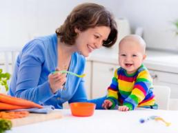 Mãe alimentando bebê