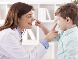Médica e criança interagindo - indique um amigo - beep