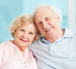 casal de idosos sorrindo - vacina herpes - beep