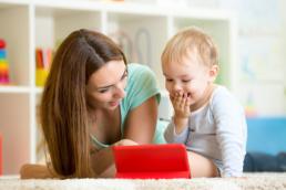 Vacinas - Mãe e Criança assistindo em um tablet - Beep