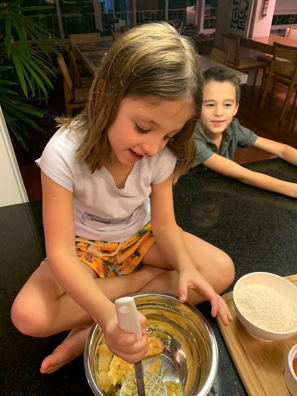 Criança preparando receita