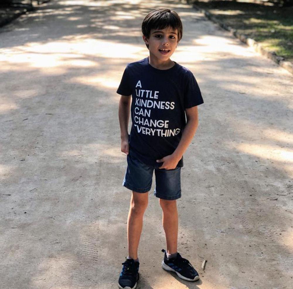 Autismo - Pedro vestindo camisa com mensagem