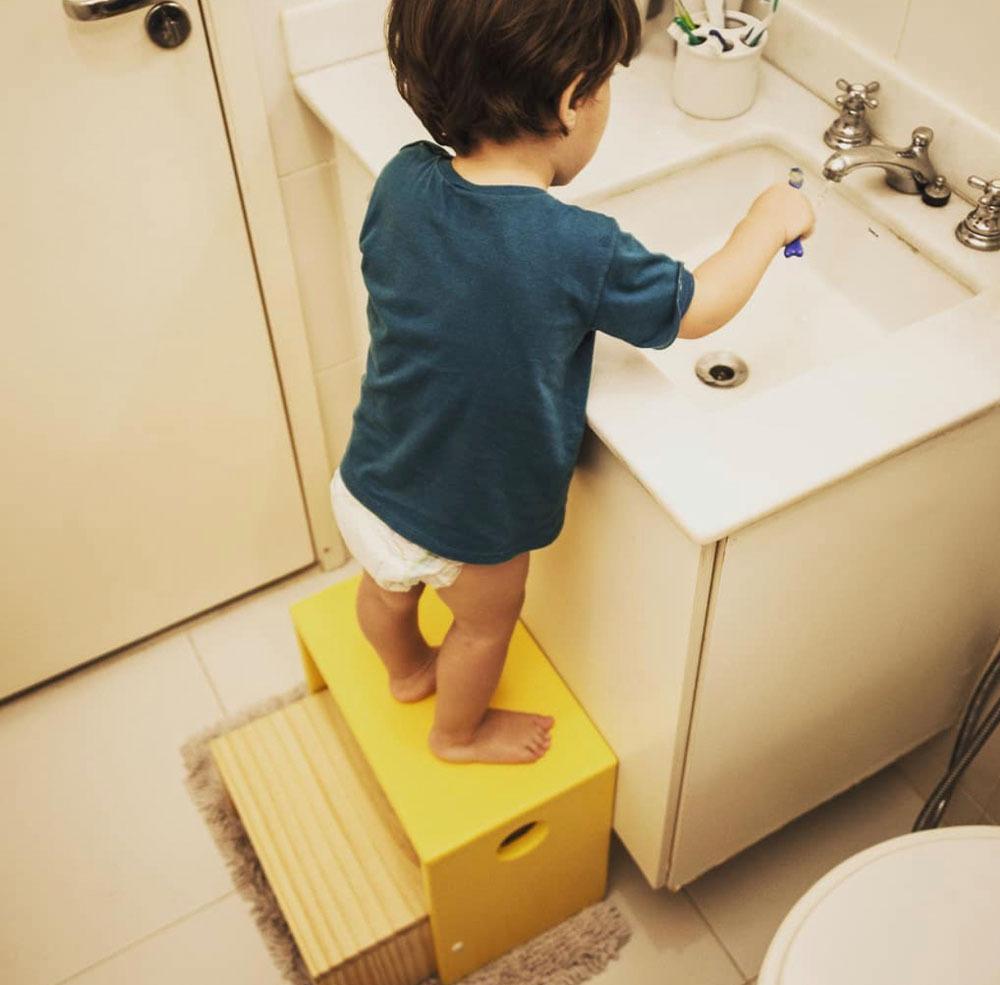 Criança usando pia com método montessori