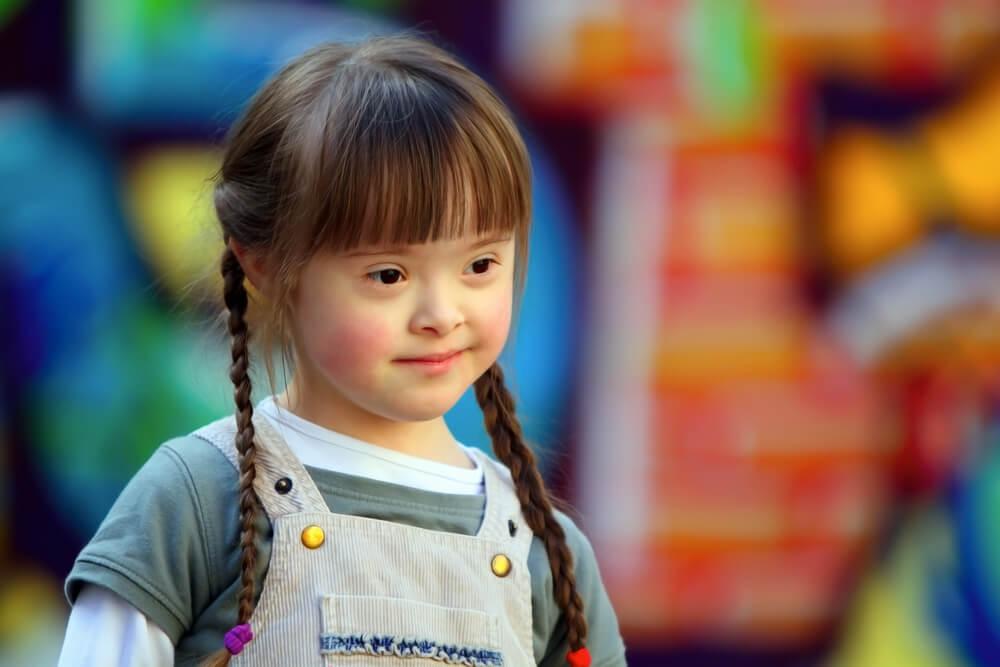 Menina com a Síndrome de Down sorrindo