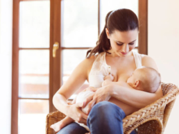 Mãe amamentando o filho após a aplicação da vacina Tríplice Viral