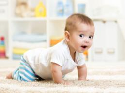 Bebê engatinhando após a aplicação da Vacina Tríplice Viral.