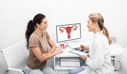 Uma paciente se consultando com uma médica ginecologista