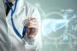 Mostra um médico e, ao lado, uma ilustração de um fígado representando o post sobre o que causa a hepatite